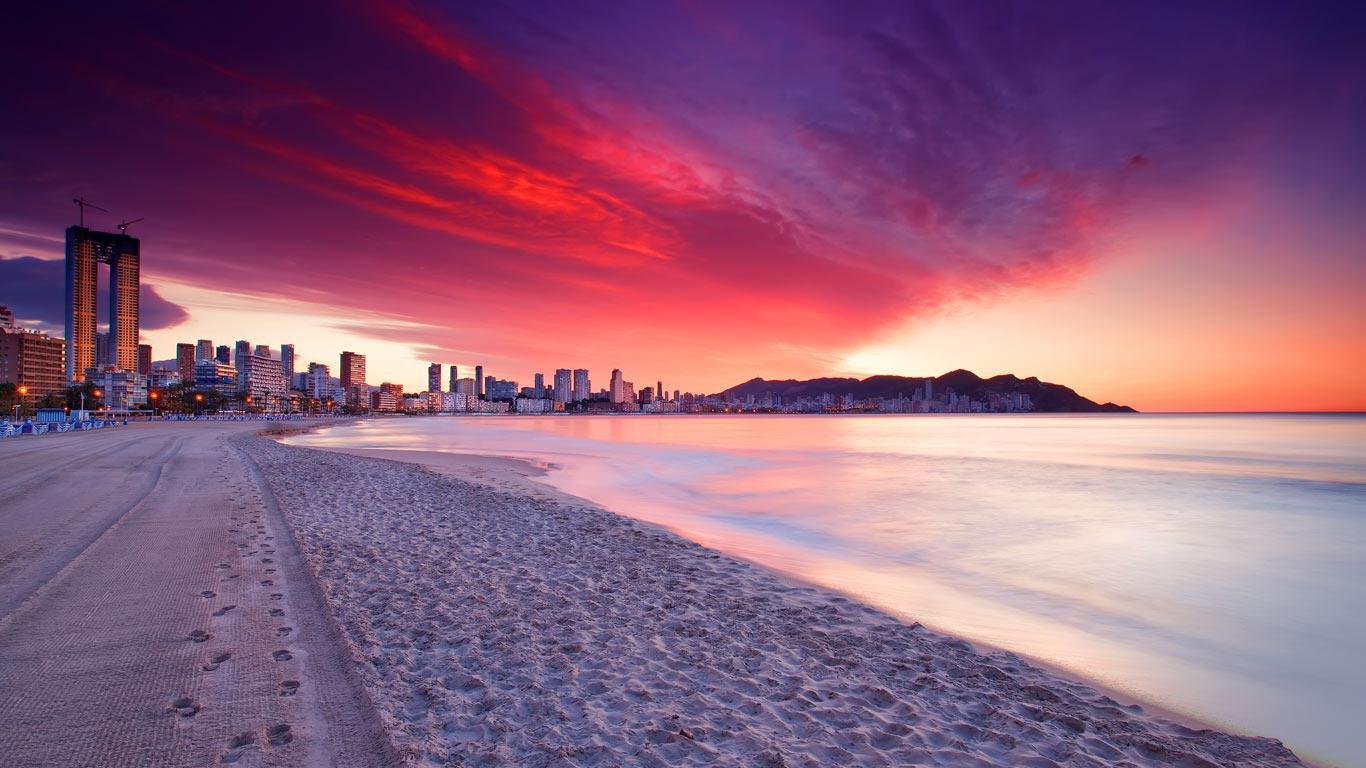 Benidorm instalará taquillas con cargadores de móvil en sus playas